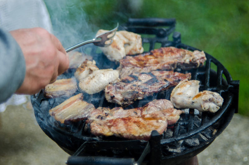 Mens die barbecue voorbereidt stock fotografie