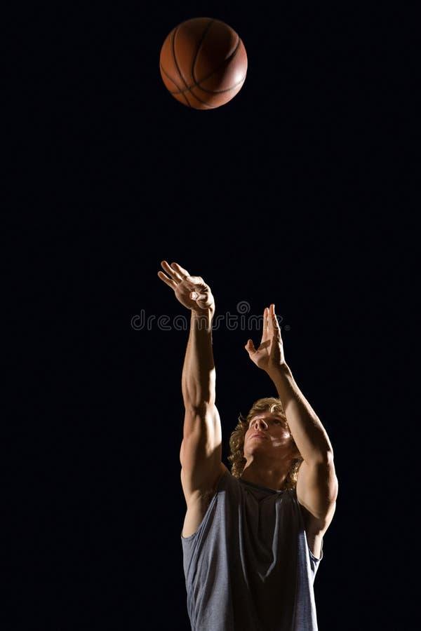 Mens die Basketbal werpen royalty-vrije stock afbeelding