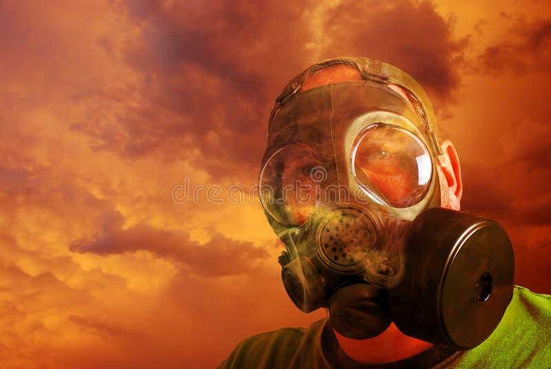 Mens die beschermt met gasmasker stock foto's