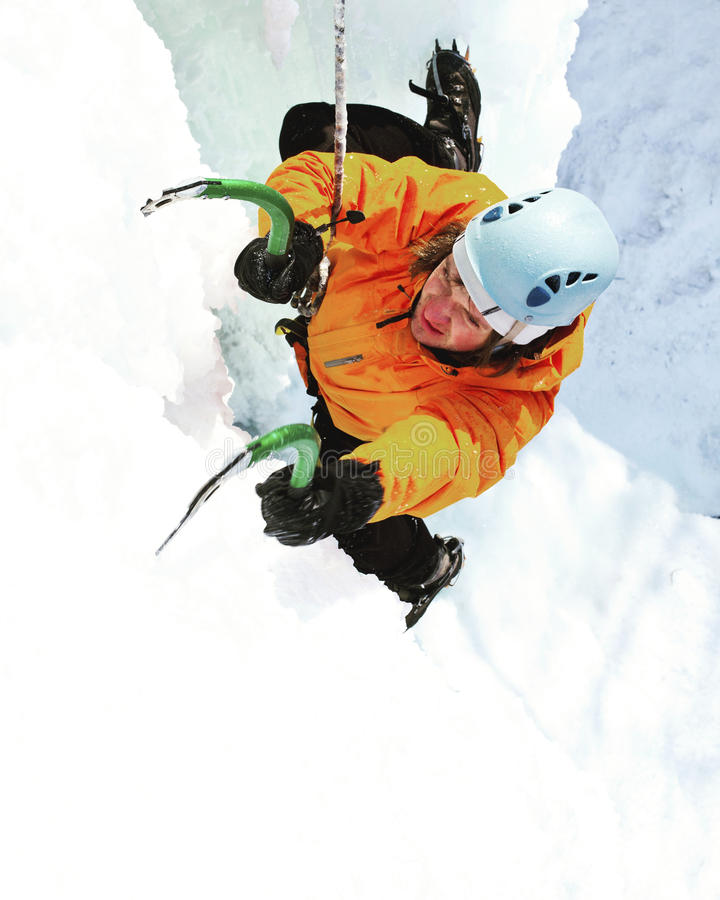 Mens die bevroren waterval beklimmen vector illustratie
