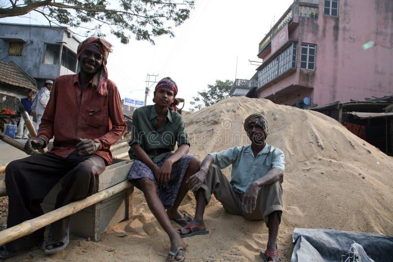 Mens die bij het aanleggen van nieuwe weg in Kumrokhali, West-Bengalen werken stock afbeeldingen