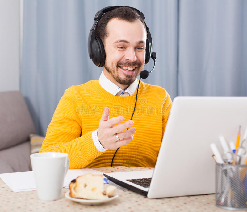 Mens die bij online cursussen bestuderen stock foto