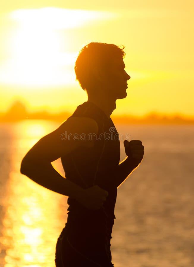 Mens die bij zonsopgang lopen royalty-vrije stock afbeelding