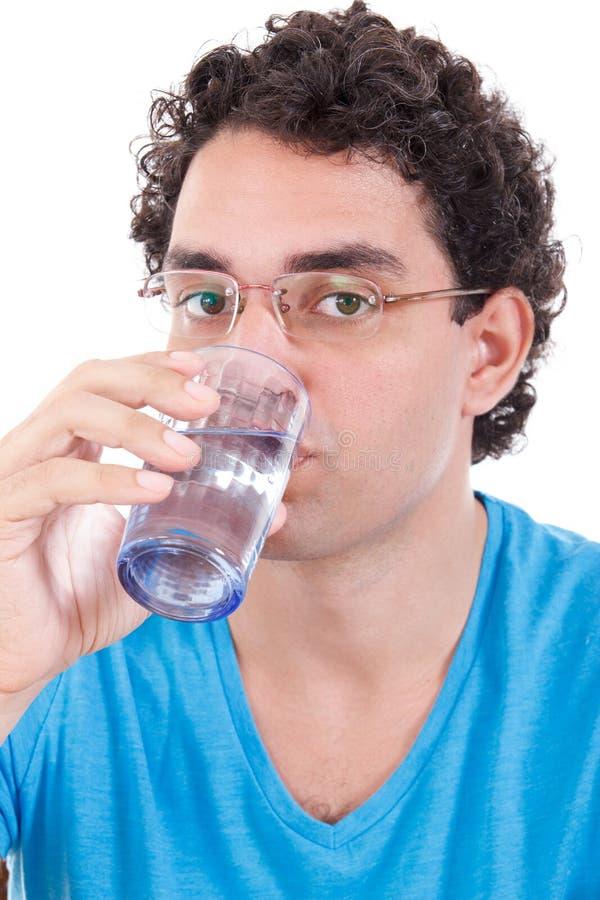 Mens die in blauwe t-shirt met glazen camera bekijken terwijl drinkin royalty-vrije stock fotografie