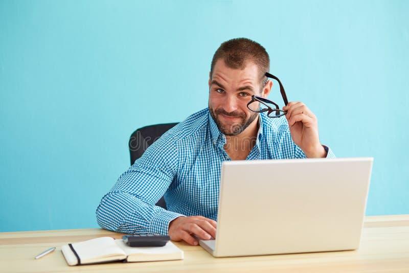 Mens die in bureau werken royalty-vrije stock afbeeldingen
