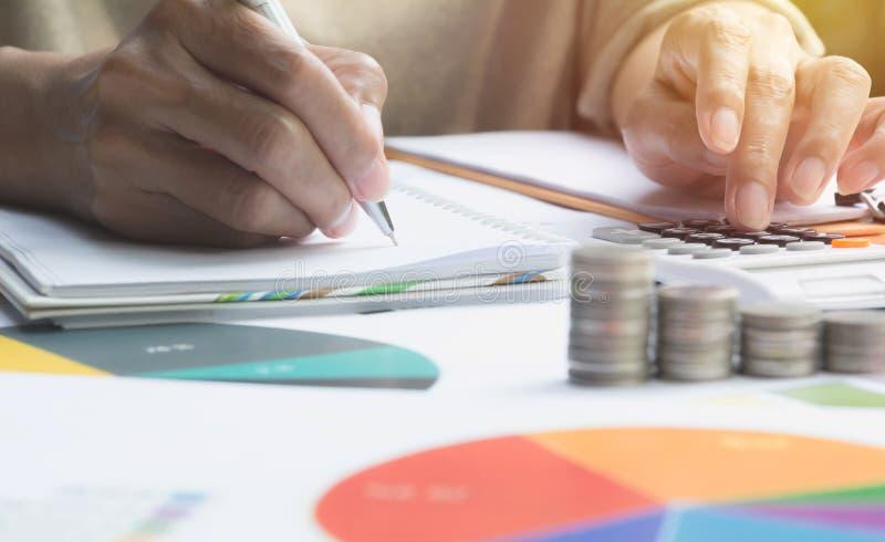 Mens die calculator met voorraad financiële indexen gebruiken met stapelcoi royalty-vrije stock foto's