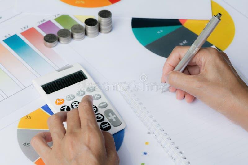 Mens die calculator met voorraad financiële indexen gebruiken met stapelcoi stock afbeelding