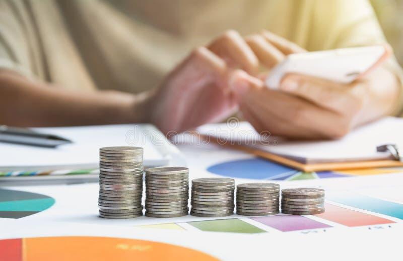 Mens die calculator met voorraad financiële indexen gebruiken met stapelcoi stock foto's