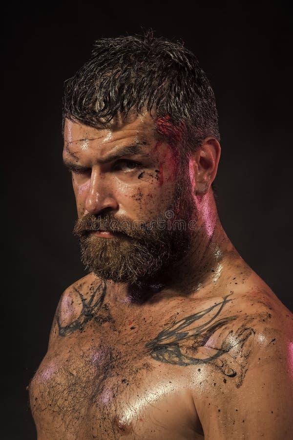 Mens die camera bekijkt Knap mensengezicht Mens met baard, snor op ernstig vuil gezicht stock afbeelding