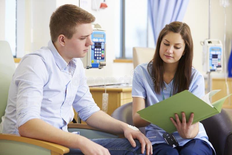 Mens die Chemotherapie hebben die Testresultaten bekijken met Verpleegster stock afbeeldingen