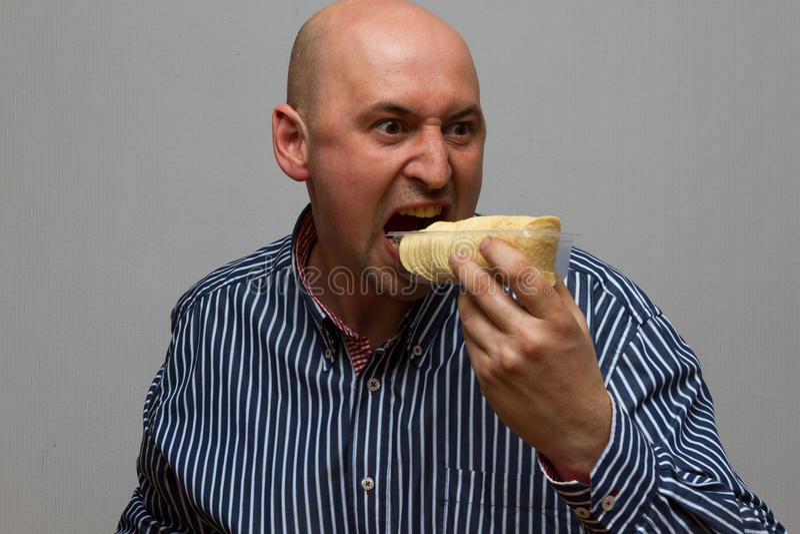 Mens die chips haastig eten royalty-vrije stock afbeeldingen