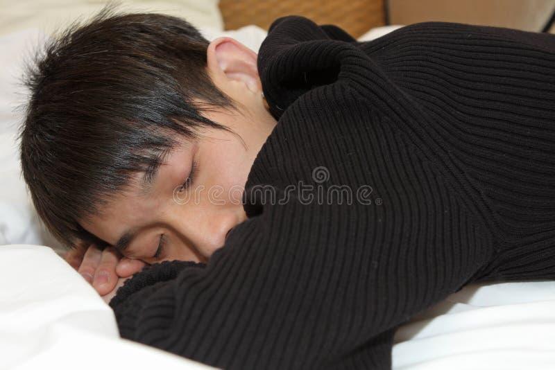 Mens die comfortabel slaapt stock afbeelding