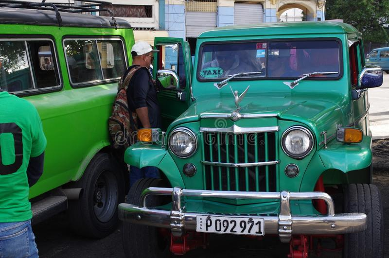 Mens die communale taxi in Havana, Cuba ingaan stock foto's