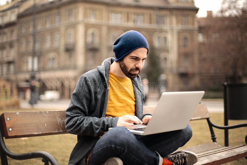 Mens die computer met behulp van royalty-vrije stock afbeeldingen