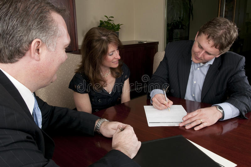 Mens die contract met vrouw en procureur ondertekent stock afbeeldingen