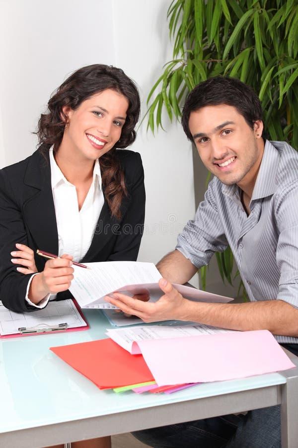 Mens die contract ondertekenen stock fotografie