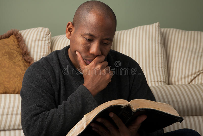 Mens die de Bijbel bestuderen stock afbeeldingen