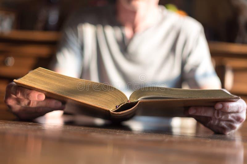 Mens die de Bijbel leest stock foto