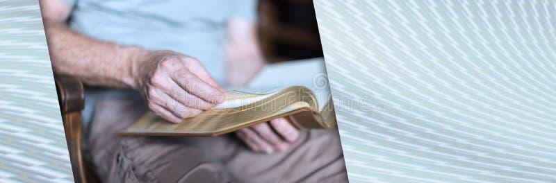 Mens die de Bijbel leest Panoramische banner stock foto