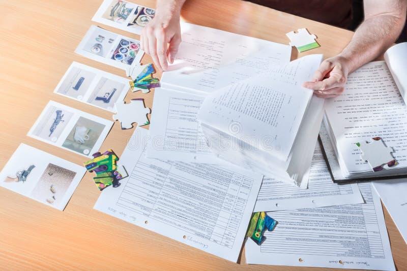 Mens die de boeken van een raadsellezing proberen op te lossen vector illustratie