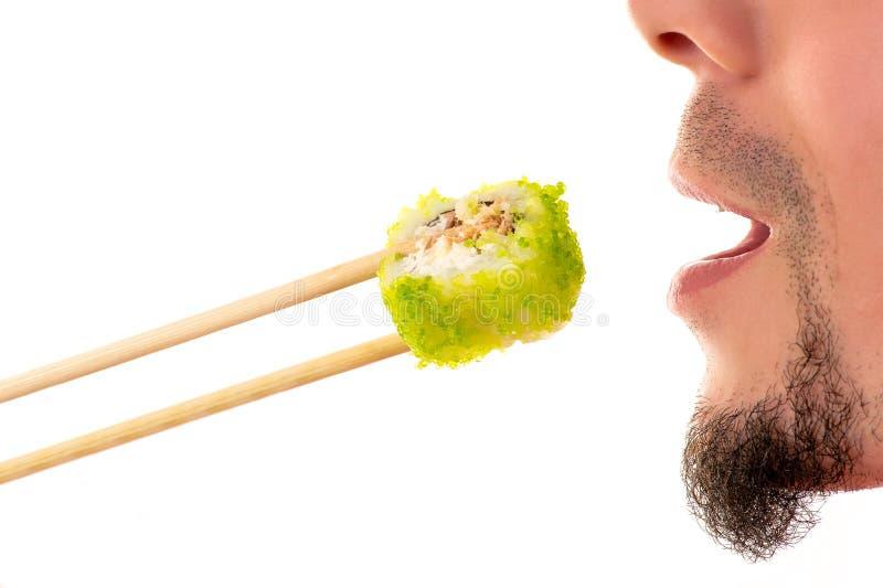 Mens die de close-up van het sushibroodje eten royalty-vrije stock afbeelding