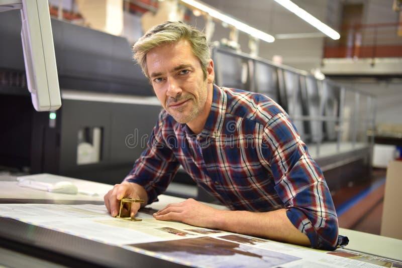 Mens die in de drukindustrie werken royalty-vrije stock foto