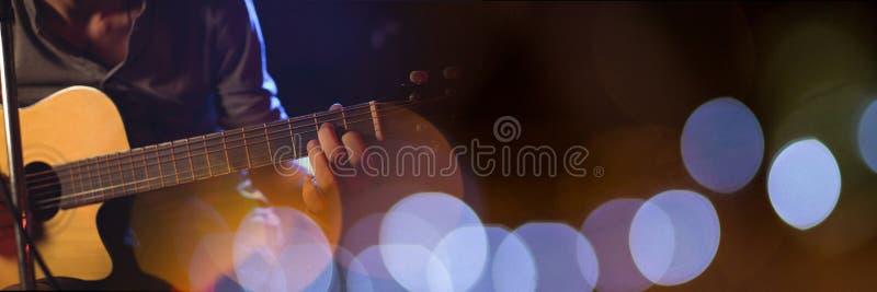 Mens die de elektrische gitaar met blauwe lichten spelen royalty-vrije stock foto's