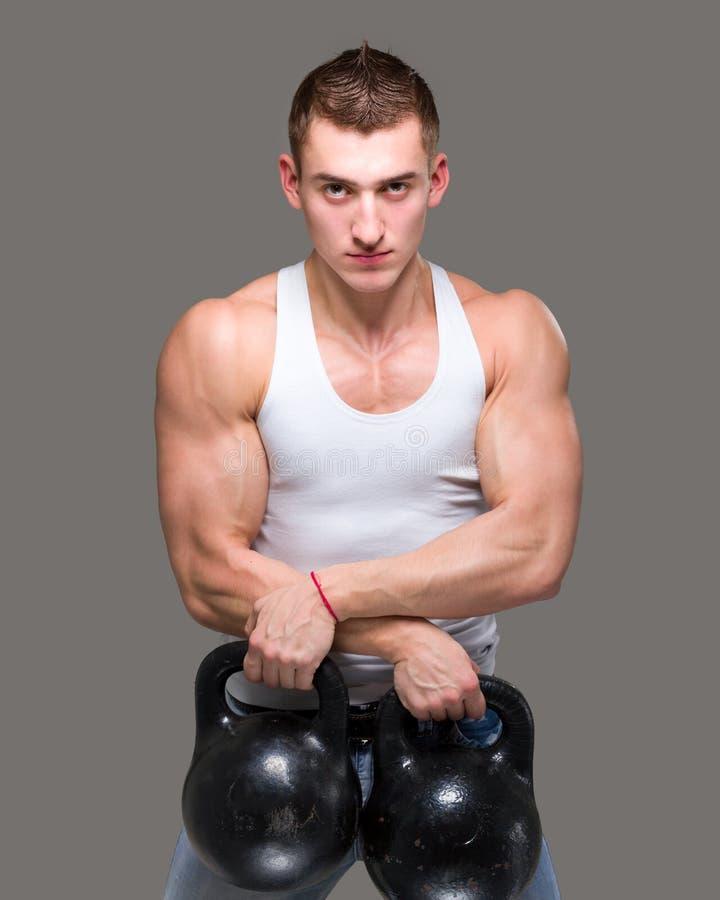 Mens die de geschiktheid van de gewichtheffentraining uitoefenen stock foto's