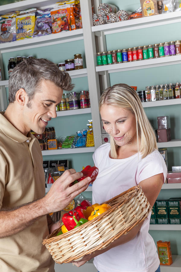 Mens die de groenten winkelen royalty-vrije stock foto's
