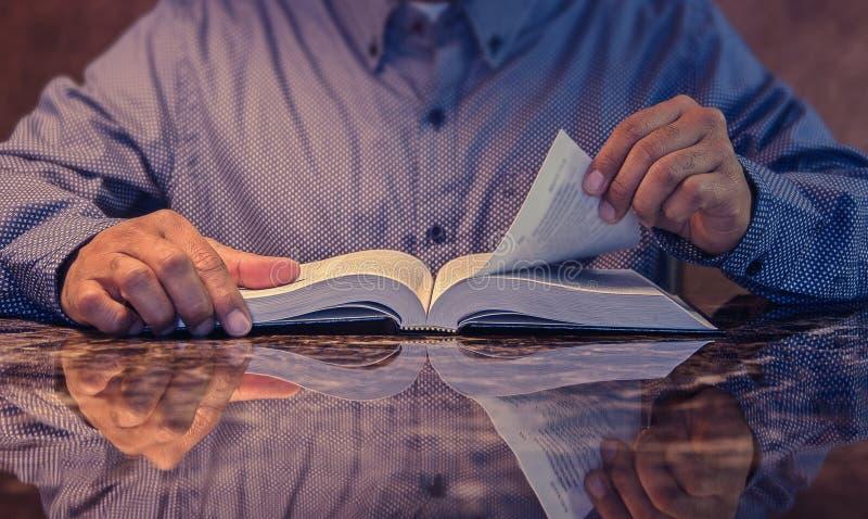 Mens die de Heilige Bijbel bestuderen stock foto