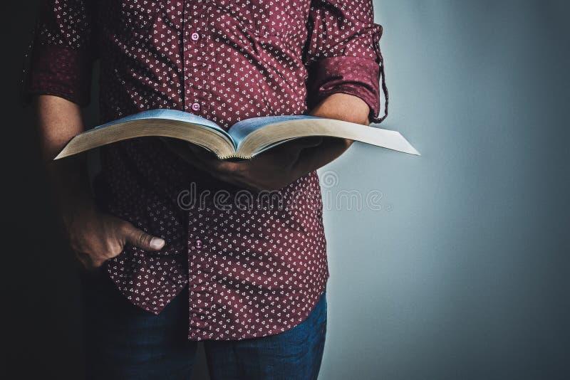Mens die de Heilige Bijbel leest stock fotografie