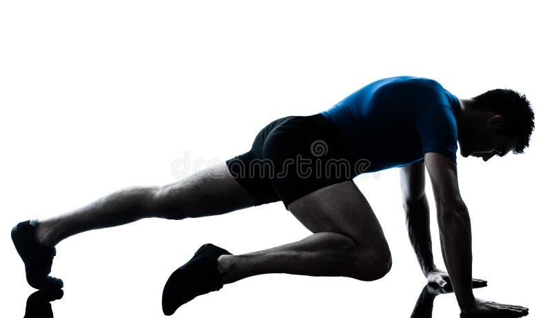Mens die de houding van de traininggeschiktheid uitoefent stock afbeelding