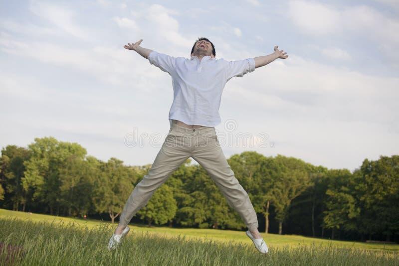 Mens die in de lucht springt stock afbeeldingen