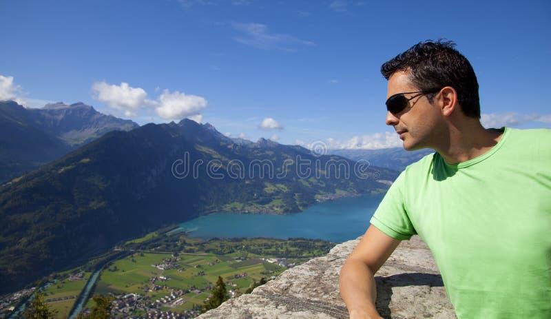Mens die de Meningen van Interlaken kijken stock afbeeldingen