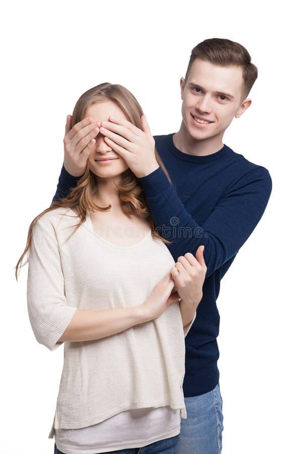 Mens die de ogen van zijn meisje behandelen royalty-vrije stock fotografie