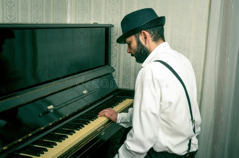 Mens die de piano spelen royalty-vrije stock afbeelding