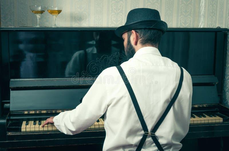 Mens die de piano spelen royalty-vrije stock foto's