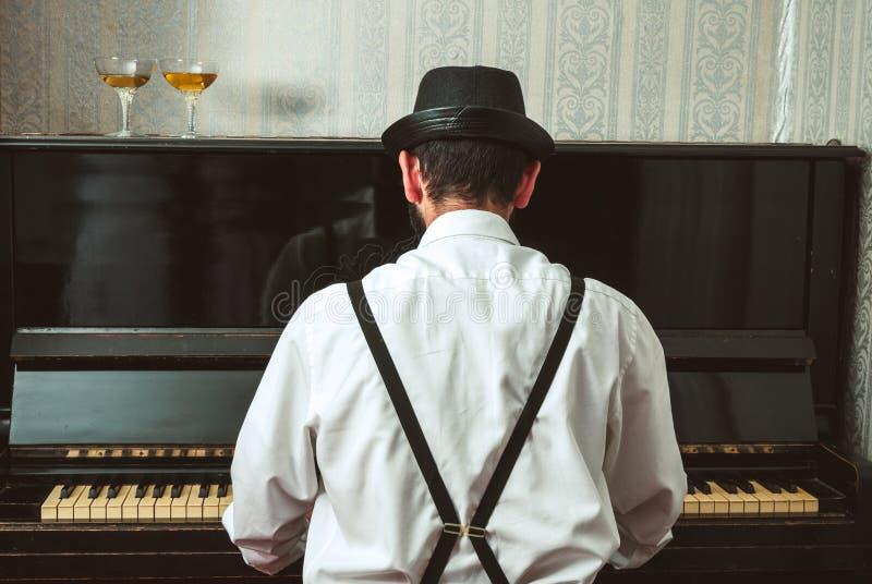 Mens die de piano spelen royalty-vrije stock foto