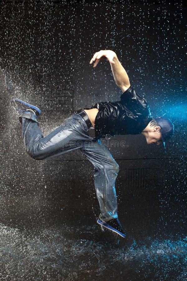Mens die in de regen danst stock foto