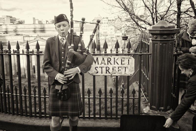 Mens die de Schotse Doedelzak spelen royalty-vrije stock foto