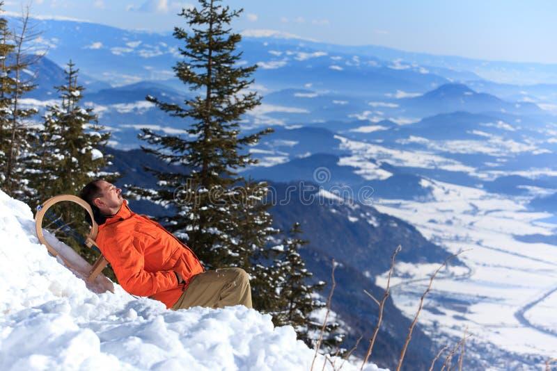 Mens die in de sneeuw rust royalty-vrije stock fotografie