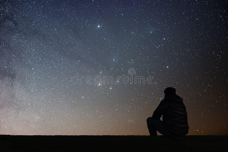 Mens die de sterren bekijken royalty-vrije stock afbeeldingen