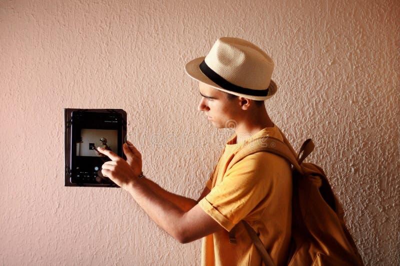 Mens die de tablet dragen stock fotografie