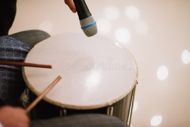 Mens die de trommel met trommel dicht spelen omhoog stokken royalty-vrije stock foto