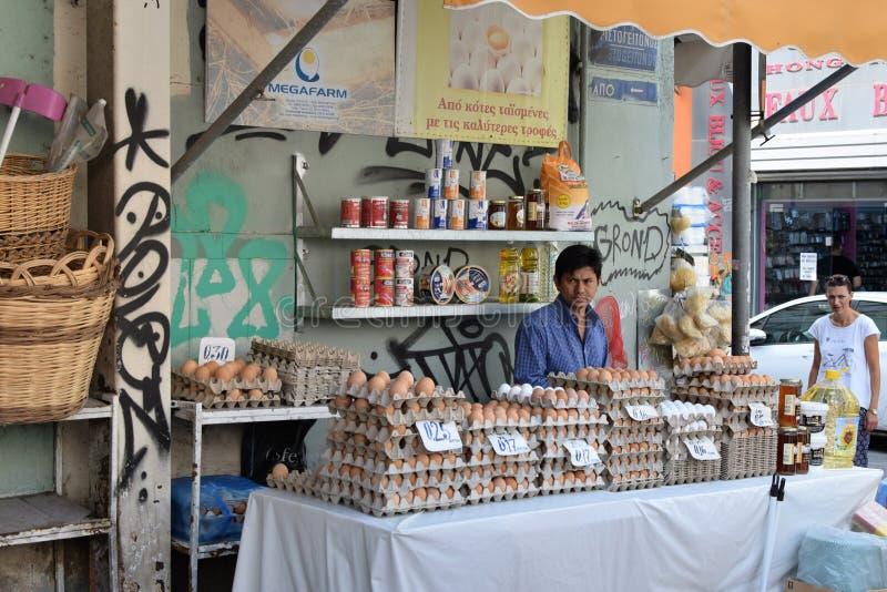 Mens die de verse marktkraam van de eierenstraat verkopen stock foto's