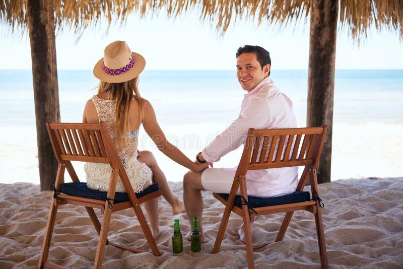 Mens die de zomer van vakanties met zijn vrouw genieten royalty-vrije stock afbeelding
