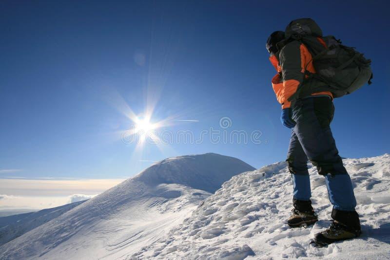 Mens die de zon onder ogen zien