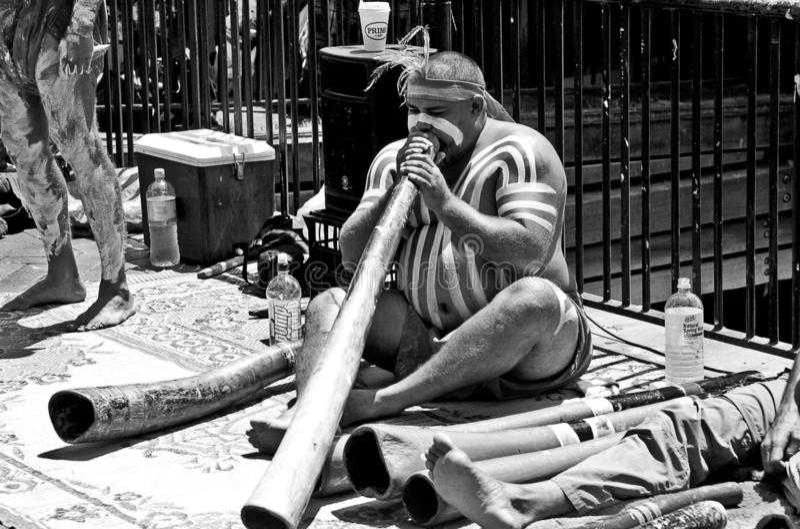 Mens die didgeridoo spelen stock afbeelding