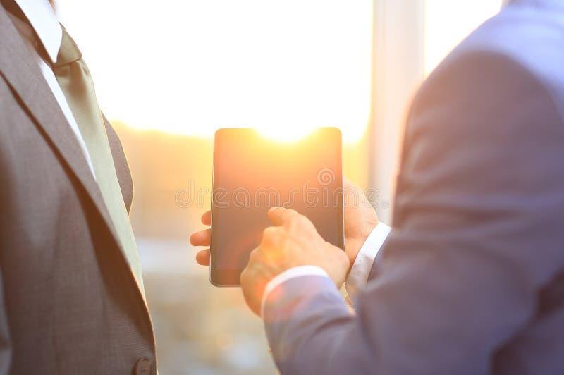 Mens die digitale tablet houden, stock fotografie