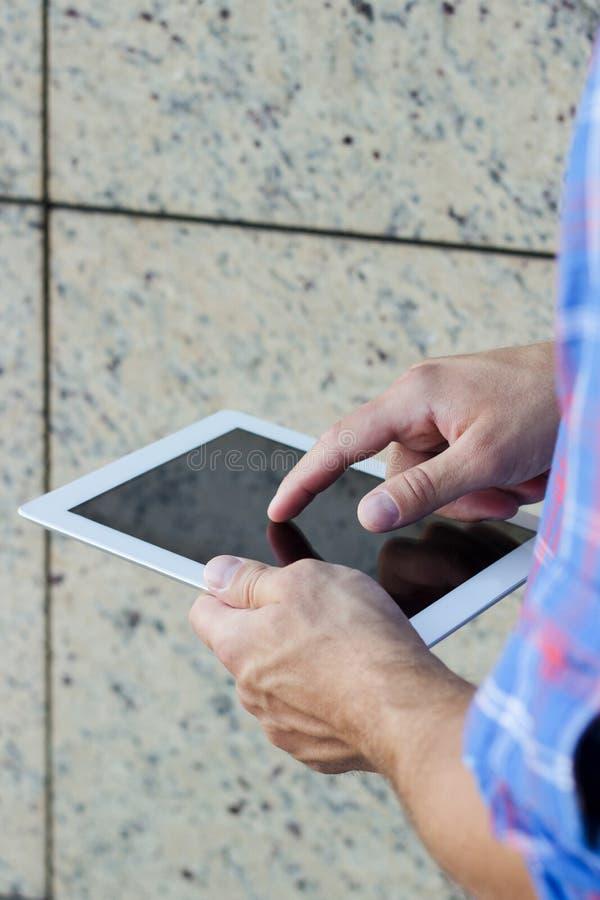 Mens die digitale tabletpc met behulp van stock afbeelding